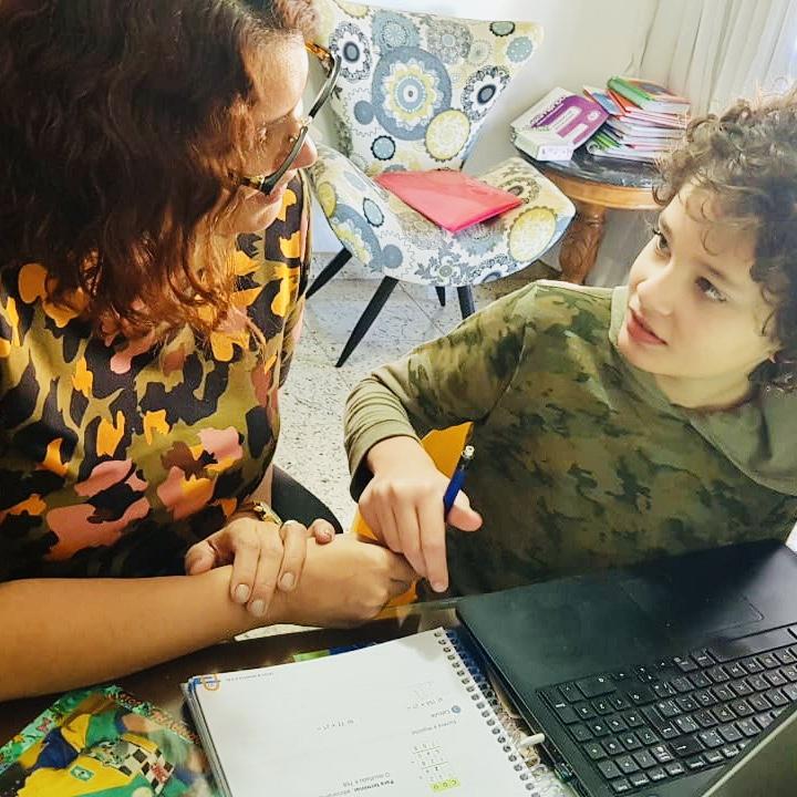 Cris Lamônica ajudando seu filho a estudar